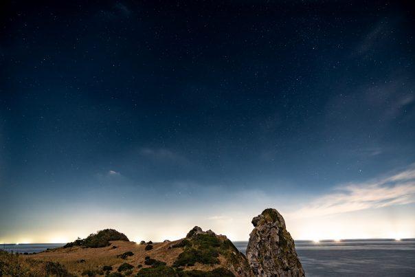 【2021フォトコン】星と漁火 (壱岐 猿岩)@takrawhysdさん