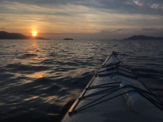 【2021フォトコン】海面0メートルからの夕日 (対馬 浅茅湾)@tsushima_islandさん