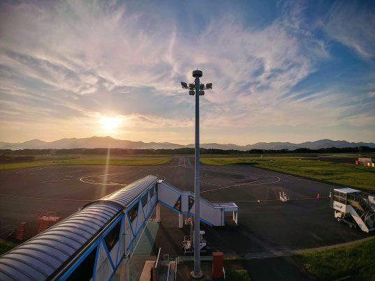 【2021フォトコン】夕映えに包まれた静寂の五島つばき空港 (五島福江空港屋上展望台)@hirataisaさん